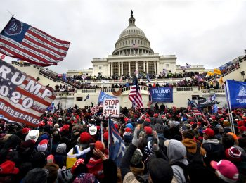 Picture of Trump rioters outside the US Capitol.